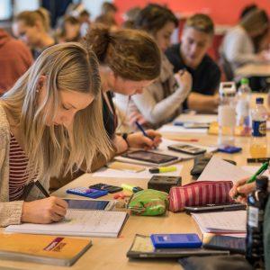 Opiskelijat valmistautumassa kokeisiin