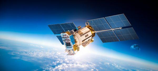 Satelliitti taivaalla kuvaa teknisen alan mahdollisuuksia, joita DI-valmennuskurssi avaa