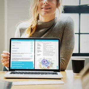 Opiskelija esittelee Mafynettiä kannettavalla tietokoneella