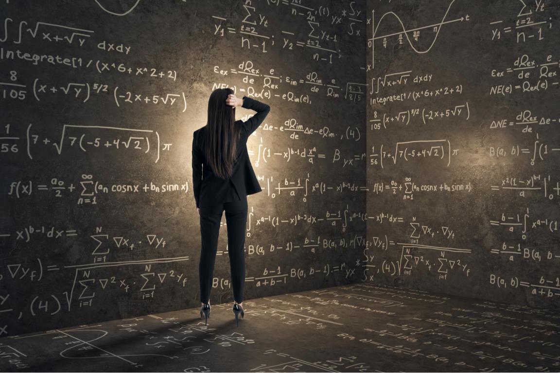 Nainen katsoo matemaattisia merkintöjä seinällä